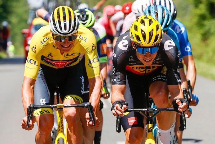 Mathieu van der Poel en Wout van Aert amuseren zich tijdens de Tour.