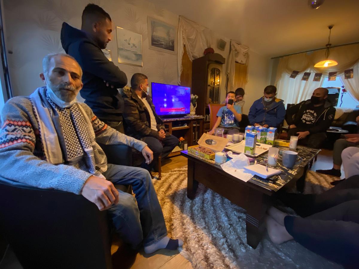 Iedereen komt naar Zaamslag om Tariq Abu Hatab (links) te condoleren met het verlies van zijn familie in Gaza.