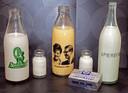 Producten van Amersfortia, met daarbij een fles 'oranjemelk' ter ere van het huwelijk van Prinses Margriet en Piet van Vollenhoven. Het drinken van melk werd na de Tweede Wereldoorlog erg gestimuleerd, met keuzen als 'Melk is goed voor elk', 'Met melk meer mans' en 'Melk de witte motor'.