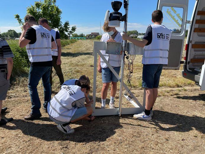 Enkele scholieren van het Lierse VTI installeerden een weerstation in de wijk Donk.