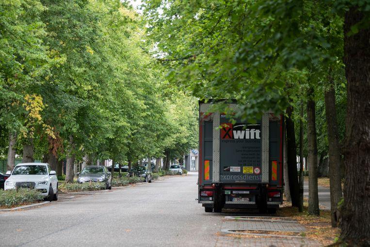 Geparkeerde vrachtwagens moeten inBrasschaat, volgens de nieuwe maatregel van Jan Jambon, uit het straatbeeld verdwijnen. Beeld Klaas De Scheirder