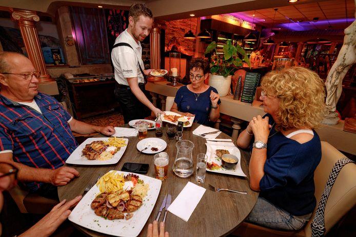 Griekse zuilen en mediterrane taferelen ontbreken niet in restaurant Santorini.