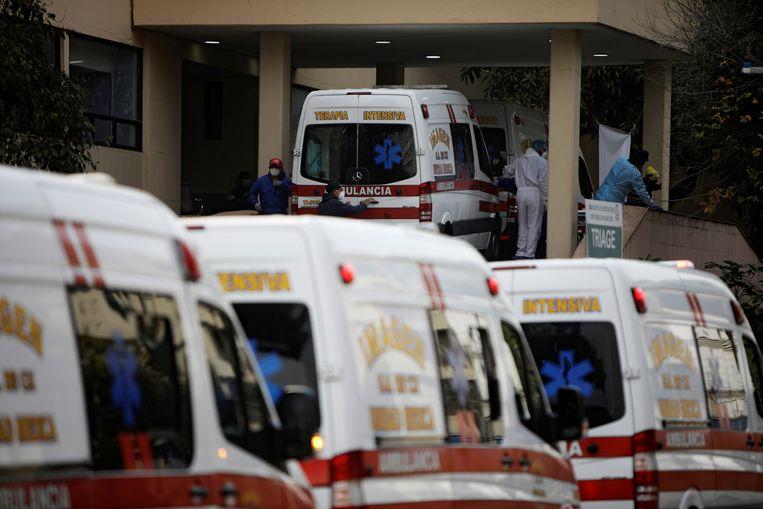 Ziekenwagens met covidpatiënten schuiven aan bij het Algemeen Ziekenhuis van Mexico-Stad, terwijl zorgwerkers beschikbare bedden zoeken. Beeld REUTERS