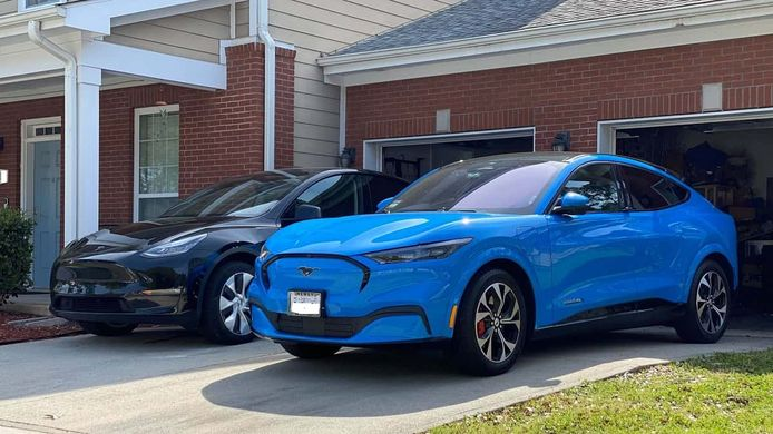 De elektrische Ford Mustang naast de Tesla Model Y van de Amerikaan Sergio Rodriguez