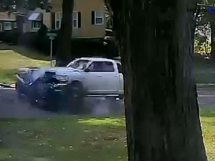 Ongelooflijk hoe bestuurder van kleine auto deze botsing met 4x4 overleeft