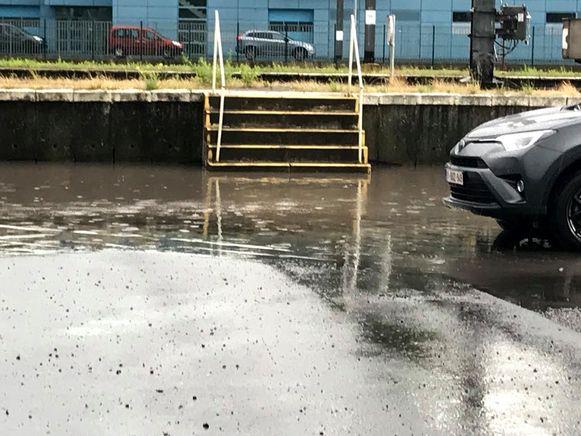 De stationsparking in Dendermonde liep onder water door de hevige regenval.