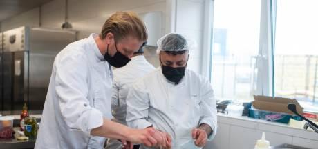 """Seppe Nobels leidt vluchtelingen op tot chef-koks voor nieuw restaurant: """"Verbaasd van hoeveel ik zelf bijleer"""""""