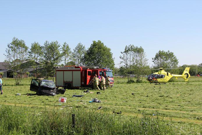 Een auto is tegen een boom gebotst en een weiland in gereden, de inzittende raakte daarbij zwaargewond.