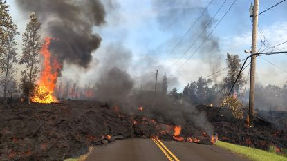 Hallucinante beelden uit Hawaï: brandende lava stroomt de straten op