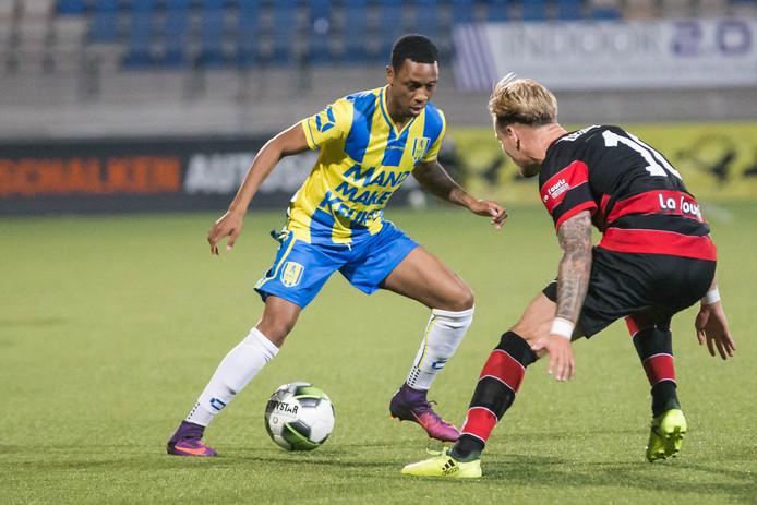 Leandro Resida (l) in het shirt van RKC Waalwijk met De Graafschap-speler Mark Diemers.