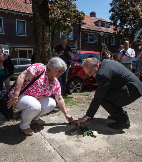 Joodse gezinnen Zutphense Schilderswijk leven voort in gedenkstenen: 'Ik móést vandaag op deze magische plek zijn'