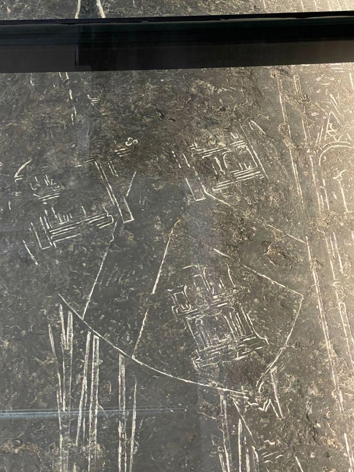 Op de steen zie je duidelijk een schild afgebeeld
