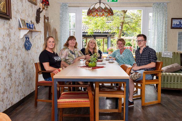 Vlnr. Wendy Boere met medewerkers Annelies Kessels, Jolanda Aarts, Rian van de Ven en Tristan Melskens in een van de nieuwe huiskamers van de Wenshof.