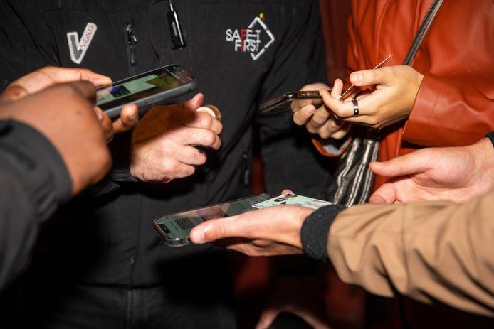 Des faux Covid Safe Ticket s'échangent à prix d'or sur les réseaux sociaux.