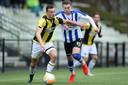 Jong Vitesse FC Lienden in de tweede divisie: Mats Grotenbreg van Jong Vitesse duelleert met Arnhemmer Marlon Versteeg van FC Lienden.