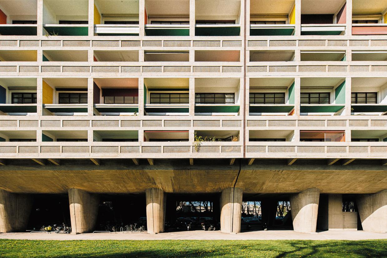 De Cité Radieuse van Le Corbusier, in 'The South of France for Art Lovers' van Eric Rinckhout.  Beeld Arnaud Moro