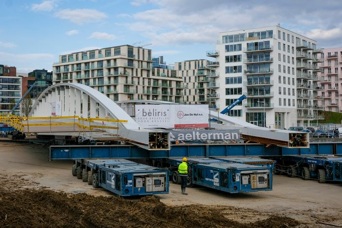 De brug zal nu in de hoogte opgekrikt worden zodat de steunen eronder bevestigd kunnen worden.