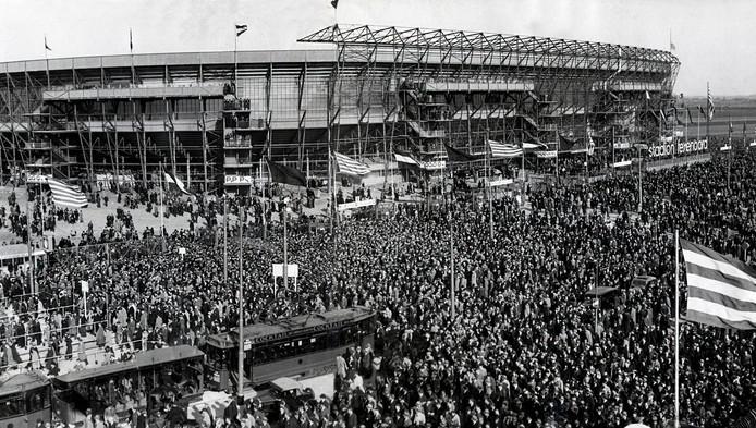 Een mensenmassa rond de Kuip na afloop van de eerste voetbalinterland in 1937, Nederland-België (1-0).