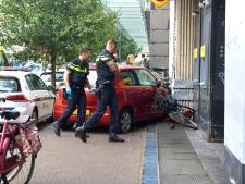 Auto rijdt stoep op en raakt fietser in Jan Hendrikstraat