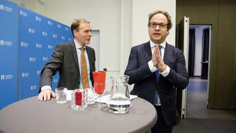 Minister Koolmees (rechts) en staatssecretaris Snel van Financiën (D66) geven uitleg over de 'zzp-wet'. Beeld anp