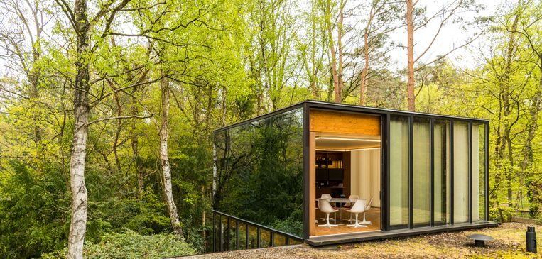 Het glazen volume komt uit op een groendak. De kubus werd recent bijgebouwd door de Antwerpse B-bis architecten.  Beeld Luc Roymans