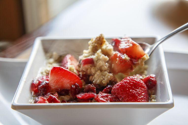 Start je dag met een gezonde portie havermout en rode vruchten. Beeld Thinkstock