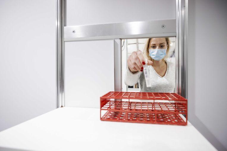 2021-01-04 15:50:48 ASSEN - Het test- en vaccinatiecentrum bij TT Circuit Assen is geopend. Mensen kunnen zich op twee manieren laten testen op het coronavirus, met een PCR-test of een antigeentest. Vanaf 18 januari kunnen zorgmedewerkers zich hier ook laten vaccineren. ANP ROBIN VAN LONKHUIJSEN Beeld ANP