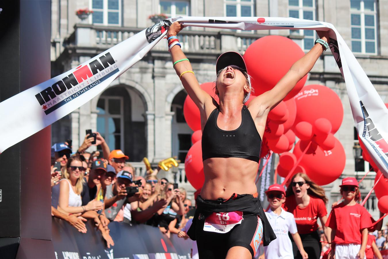 Els Visser komt als winnaar over de finish tijdens de Ironman triatlon, vorig jaar augustus.