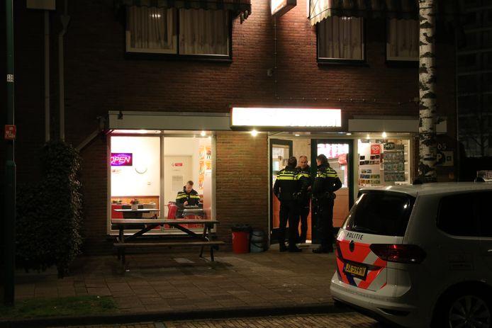 De politie bij het cafetaria na de overval.
