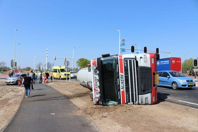 De chauffeur moest door de brandweer uit het voertuig worden bevrijd.