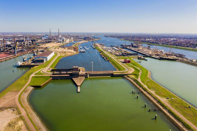 Zeesluizencomplex bij IJmuiden, met de derde sluis in aanbouw, waar de haven van Amsterdam afhankelijk van is.  Beeld Hollandse Hoogte / Michiel Wijnbergh Fotografie