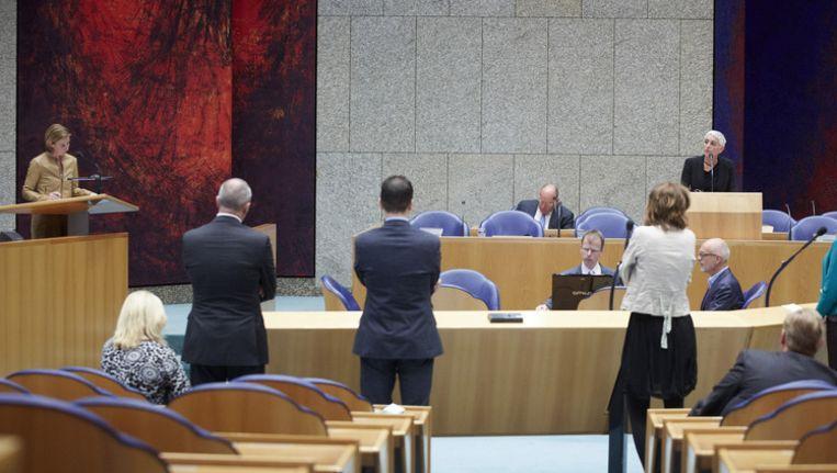 Staatssecretaris Wilma Mansveld (R) van Infrastructuur en Milieu en Stientje van Veldhoven van D66 (L) in de Tweede Kamer tijdens het vragenuurtje over de Fyra. Beeld anp