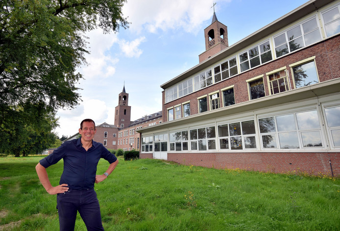 Richard Schul bij De Klokkenberg, het voormalige sanatorium dat hij verbouwt tot wooncomplex.