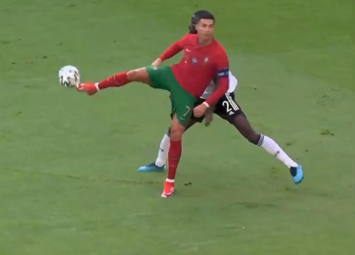 Ronaldo pakt uit met een no-look hakje.