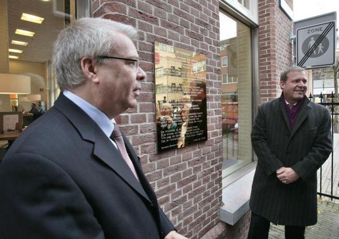 Cees van der Pluijm (links) en wethouder Kees Bethlehem onthullen de plaquette op de hoek van de Zuid-Koninginnewal en Lambertushof. foto Ton van de Meulenhof