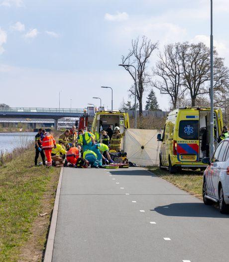 Wielrenner valt in Máximakanaal bij Rosmalen, met spoed naar ziekenhuis gebracht