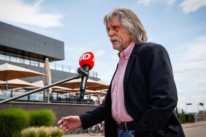 Johan Derksen arriveert bij het overleg over de toekomst van het televisieprogramma Veronica Inside.