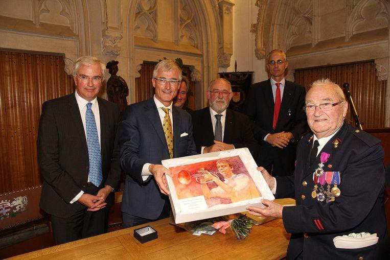 Antoine kreeg erkenning in binnen- en buitenland. Hier mocht hij een cadeau in ontvangst nemen van Herman Van Rompuy.