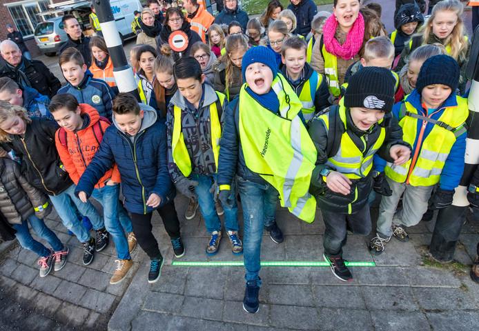 Bodegraafse schoolkinderen testen een verkeersveiligheidsproef met de 'lichtlijn'. Als de led-streep op groen 'springt', mogen ze oversteken. Bij rood moeten ze, vanzelfsprekend, wachten.