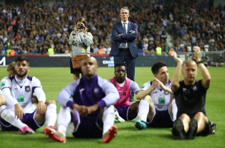 Michael Verschueren kijkt naar de verslagen Anderlecht-spelers. Beeld BELGA