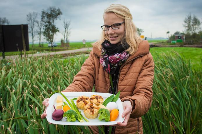 Anna Koornneef heeft een taartje gemaakt met daarin verse scheuten van de lisdodde.