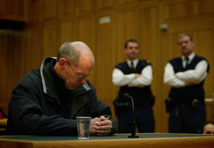 Het inschakelen van het coldcaseteam volgt nadat advocaat Geert-Jan Knoops onvrede uitte over nieuw onderzoek dat Aben heeft laten verrichten naar het dna op de blouse van weduwe Wittenberg.