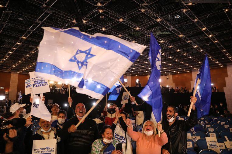 Aanhangers van Netanyahu's Likoed-partij juichen, nochtans is het verre van zeker dat hij ook deze keer weer een regering zal kunnen vormen.  Beeld EPA