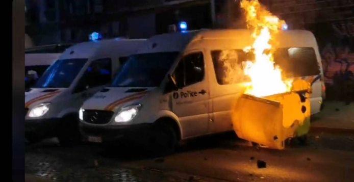 Brandende combi's in de Brabantstraat.