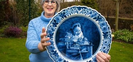 Vera is dolblij dat ze een bord van opa, plateelschilder Theo Oor, kon bemachtigen