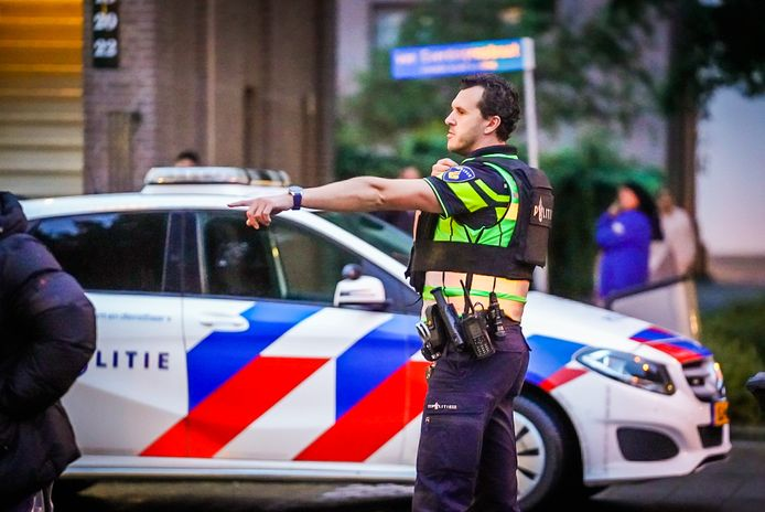 Politie omsingelde een huis in Eindhoven.