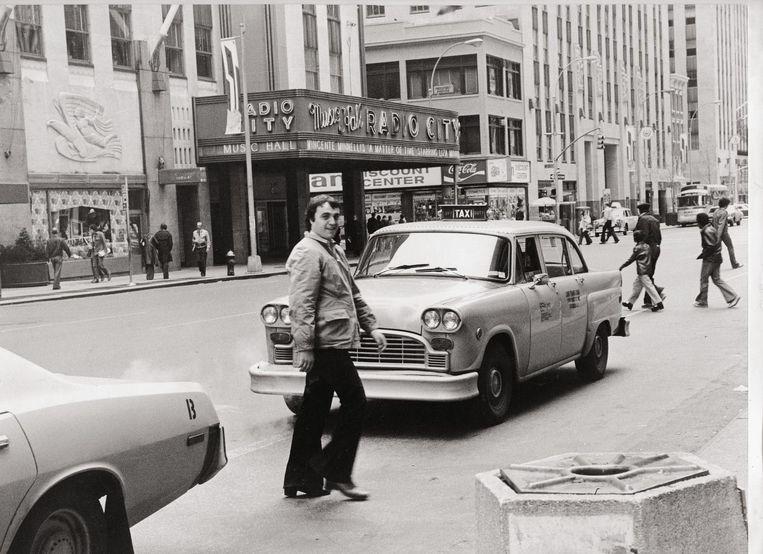 Marc Didden op 6th Avenue in New York, 1976. 'Ik dacht: als ik vandaag toch overreden word, dan liefst door zo'n prachtige gele taxi.' Beeld © LUSTER