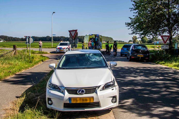 De auto staat geparkeerd langs de weg na het ongeluk met de brommer in Drempt.