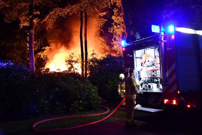 Metershoge vlammen vannacht aan de Da Costalaan in Ermelo.