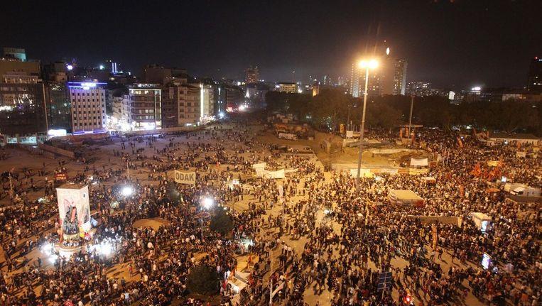 Duizenden demonstranten verzamelen zich vanavond op het Taksimplein. Beeld ap